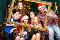 Дом семьи большого счастья усмехаясь в шляпах хелпера santa Стоковое фото RF