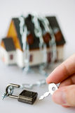 Дом семьи и металлическая цепь как защита - ключевое secur замка Стоковые Изображения RF