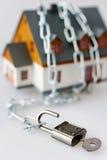 Дом семьи и металлическая цепь как защита Стоковое Изображение RF