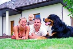 дом семьи счастливая стоковое фото