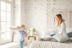 дом семьи счастливый потеха имея сынка мати Стоковые Изображения RF
