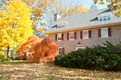 Дом семьи с передней лужайкой в цветах падения Стоковое Изображение RF