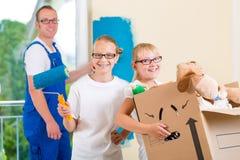 Дом семьи moving и дом восстанавливать Стоковое Изображение RF