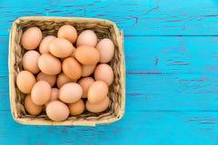Дом сжал плетеную корзину свежих коричневых яичек Стоковое Изображение RF