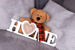 Дом слова в белых письмах и плюшевом медвежонке Стоковая Фотография