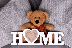 Дом слова в белых письмах и плюшевом медвежонке Стоковые Фотографии RF