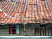 Дом старого стиля деревянные старые и крыша размывания ржавчины Стоковые Изображения RF