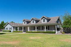 Дом стиля ранчо с крылечком и dormers стоковое фото rf