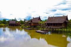 Дом стиля берега озера тайский в Таиланде Стоковые Изображения RF