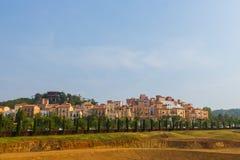 Дом стиля Тосканы Италии на холме стоковые фотографии rf