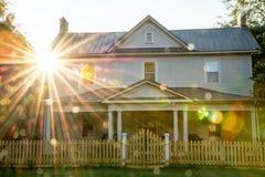 Дом страны США маленького города с звездой и пятнами солнца Стоковое Фото