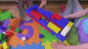 Дом строения дочери помощи матери от кирпичей игрушки сток-видео
