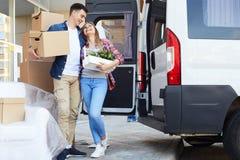 Дом счастливых молодых пар Moving стоковое фото rf
