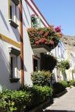 Белый Дом с цветками на балконе стоковые изображения