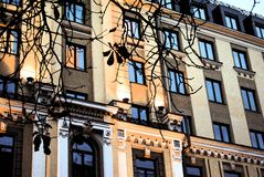 Дом с голубыми окнами стоковые фото