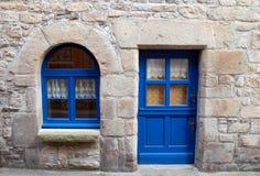 Дом с голубой деревянной дверью и окно в Бретане Франции Стоковая Фотография