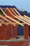 Дом с деревянной крышей под конструкцией стоковая фотография rf