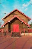 Дом сделанный деревянных планок с старым стилем Стоковые Фотографии RF