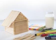 Дом сделанный от древесины popsicle на белой пользе предпосылки для childre Стоковая Фотография