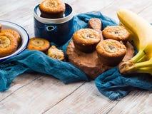 Дом сделал булочки банана на голубой салфетке Стоковое фото RF