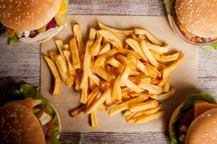 Дом сделал cheeseburgers на деревянной плите Стоковые Фото