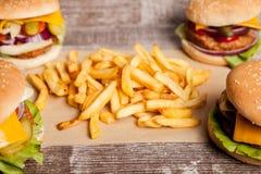 Дом сделал cheeseburgers на деревянной плите Стоковое фото RF