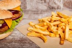 Дом сделал cheeseburgers на деревянной плите Стоковое Изображение RF