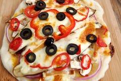 Дом сделал vegeterian пиццу маргариты на таблице Стоковые Фото