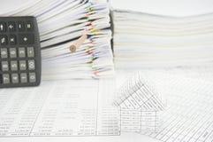 Дом с дном карандаша на учете финансов Стоковые Фотографии RF