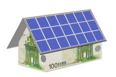 Дом с примечаниями евро и фотовольтайческим модулем стоковое изображение rf