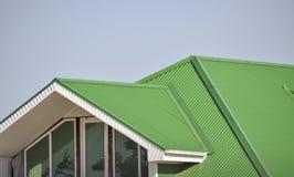 Дом с пластичными окнами и зеленой крышей рифленого листа Стоковая Фотография