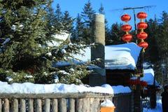 Дом с сосной в зиме Стоковые Фото