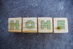 Дом - текст на деревянных блоках на серой предпосылке стоковая фотография rf