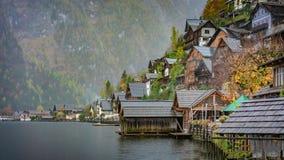 Дом террасы с горным видом озера стоковая фотография rf
