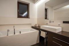 Дом травертина - ванная комната с окном стоковые изображения rf