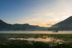Дом тумана утра плавая Стоковое фото RF
