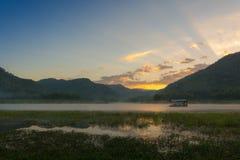 Дом тумана утра плавая Стоковые Изображения RF