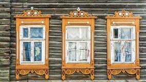 Дом фасада русский с высекаенными architraves стоковое фото rf