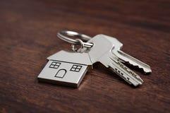 дом фокуса имущества предпосылки агента gviving изолировала риэлтор нового владельца ключей реальный к белизне стоковые изображения