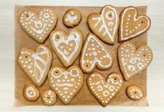 Дом формы сердца сделал имбирь обвалять печенья в сухарях украшенные с различный застеклять белого сахара Стоковое фото RF
