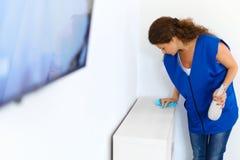 Дом чистки женщины Уборщик дома стоковое изображение