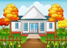 Дом шаржа в сезоне осени с зеленым двором и деревянной загородкой Стоковое Изображение