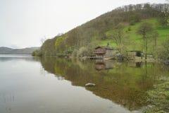 Дом шлюпки моста Pooley с зеленым холмом стоковые фотографии rf