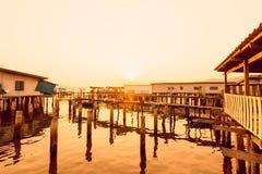 Дом штендера в море и заходе солнца стоковое изображение rf