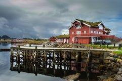 Дом для гостей Hustadvika Установите в мирные окрестности Атлантическим океаном Стоковые Фотографии RF