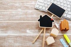 Дом для продажи и концепция ренты на деревянной предпосылке Стоковое Фото