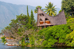Дом Batak на острове Samosir, озере Toba, Индонезии, ни Стоковое Фото