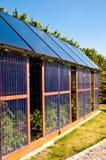 Дом Eco стеклянный с панелями солнечных батарей Стоковое фото RF