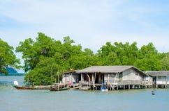 Дом Fisher на море, Таиланд Стоковые Изображения RF