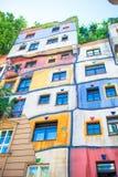 Дом Hundertwasser с садом вверх в вене, Австрии Стоковое Фото